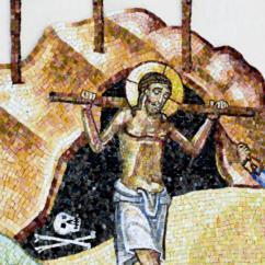 Il Figlio Gesù porta il patibulum sulle spalle, lo stipes è già infisso sull'altura del Golgota