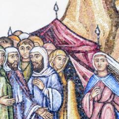 Miriam e undici uomini fuori da una tenda agitata dal vento